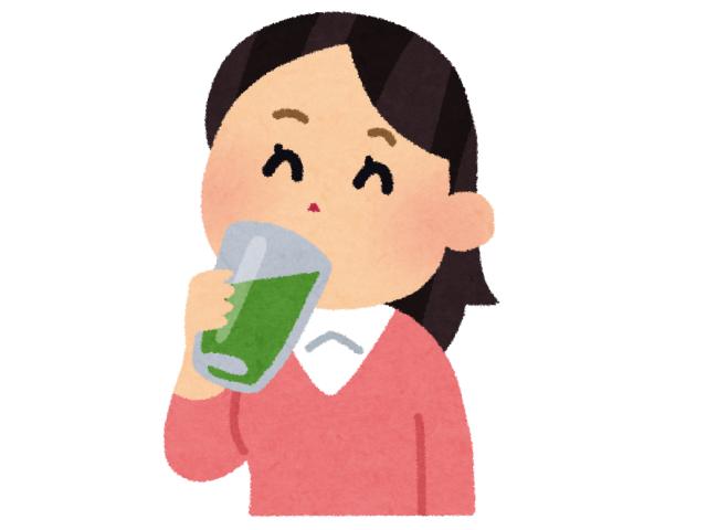青汁を飲む女性