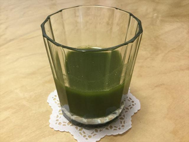 プロスペリティ有機青汁「四重奏」をグラスに水で溶かした