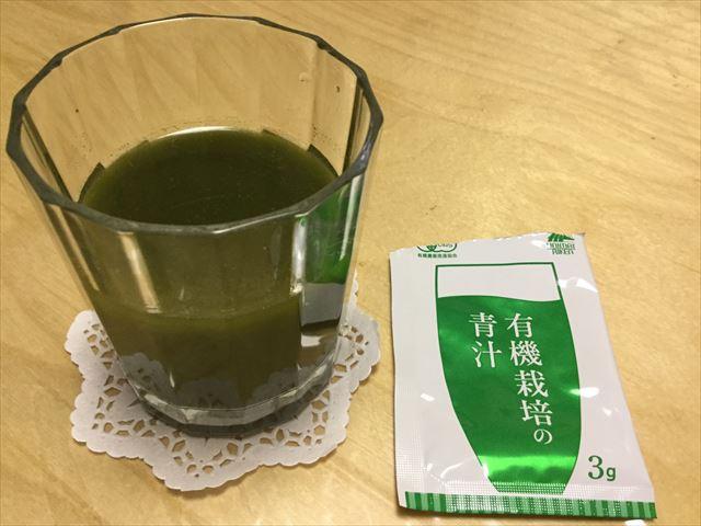 ユニマットリケン「有機栽培の青汁」1袋分をグラスに水を溶かしてみた