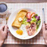 理想的な朝食の一例(野菜、卵が入っている)