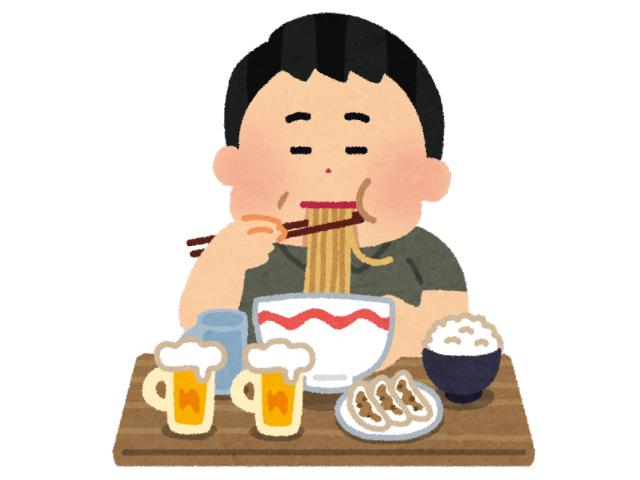 ビールとラーメンを食べている男性