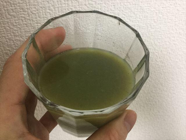 サンスター健康道場「緑でサラナ」をグラスに入れてみた。ピューレ状にになっている