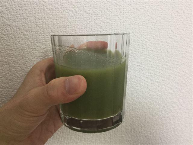 サンスター健康道場「緑でサラナ」をグラスに入れてみた